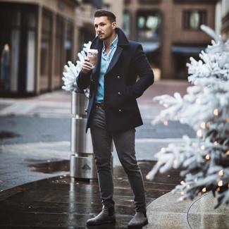 Cómo combinar: chaquetón azul marino, camisa vaquera celeste, vaqueros pitillo en gris oscuro, botines chelsea de ante grises