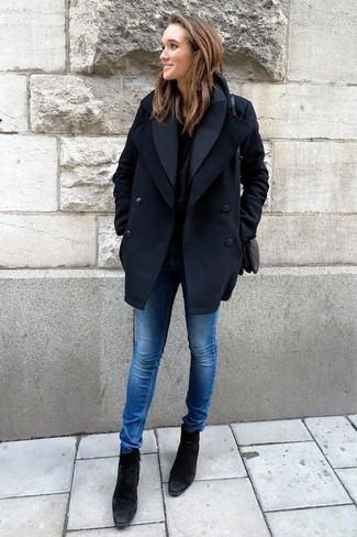 Cómo combinar: chaquetón azul marino, camiseta con cuello circular negra, vaqueros pitillo azules, botines de ante negros