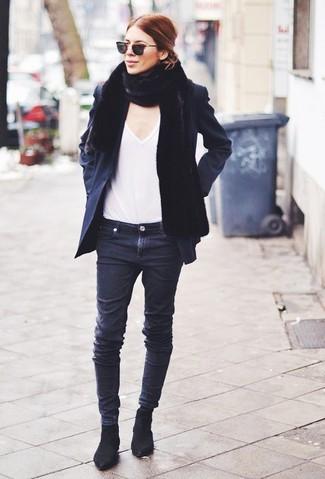 Cómo combinar: chaquetón negro, camiseta con cuello en v blanca, vaqueros pitillo negros, botines chelsea de ante negros