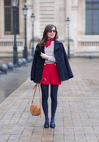 Cómo combinar: chaquetón azul marino, camiseta de manga larga de rayas horizontales en blanco y azul marino, pantalones cortos rojos, mocasín de cuero azul marino