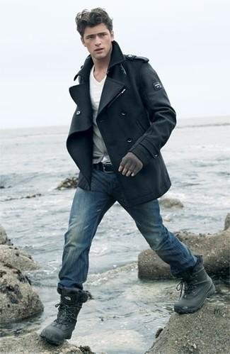 Cómo combinar: chaquetón negro, cárdigan gris, camiseta con cuello en v blanca, vaqueros azules