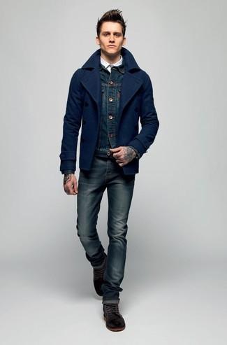 Cómo combinar: chaquetón azul marino, chaqueta vaquera azul marino, camisa de manga larga blanca, vaqueros pitillo azul marino