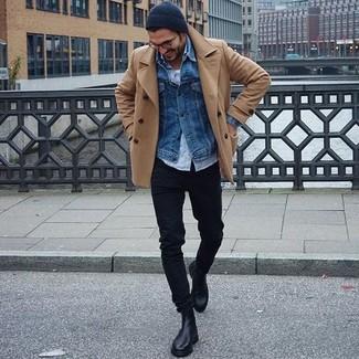 Cómo combinar: chaquetón marrón claro, chaqueta vaquera azul, camisa de manga larga celeste, camiseta sin mangas blanca