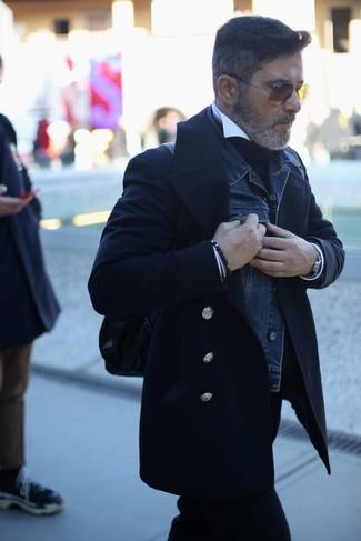 Cómo combinar: chaquetón negro, chaqueta vaquera azul marino, jersey de cuello alto negro, camisa de vestir blanca