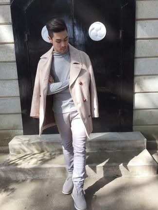 Cómo combinar: chaquetón en beige, jersey de cuello alto gris, pantalón chino gris, botas safari de ante grises