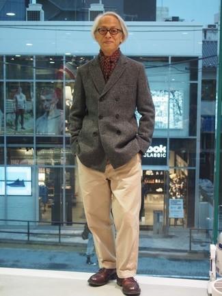 Cómo combinar: chaquetón gris, pantalón chino marrón claro, zapatos derby de cuero burdeos, bufanda estampada burdeos