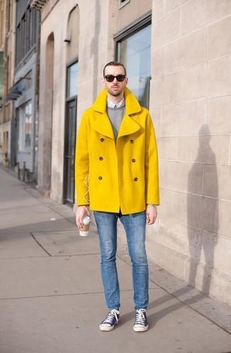 Cómo combinar: chaquetón amarillo, jersey con cuello circular gris, camisa de vestir de cuadro vichy celeste, vaqueros pitillo azules