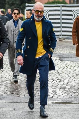 Cómo combinar: chaquetón azul marino, jersey con cuello circular amarillo, camiseta con cuello circular blanca, pantalón de vestir azul marino
