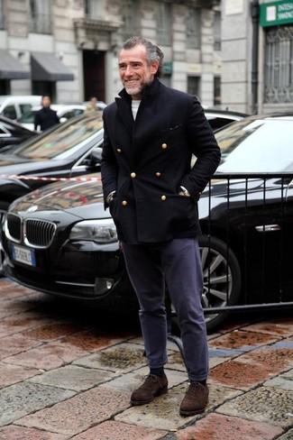 Cómo combinar: chaquetón negro, jersey con cuello circular blanco, pantalón chino azul marino, zapatos oxford de ante en marrón oscuro