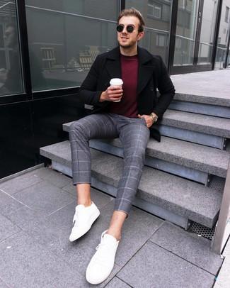 Cómo combinar: chaquetón negro, jersey con cuello circular burdeos, pantalón chino de lana a cuadros gris, tenis de cuero blancos