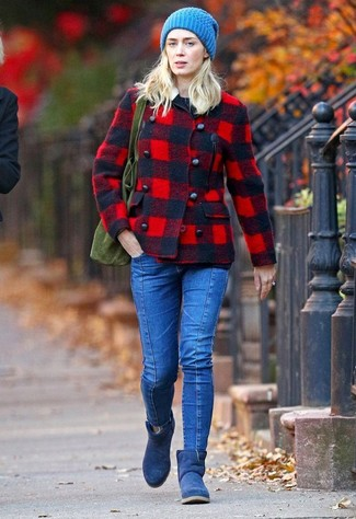 Cómo combinar: chaquetón de tartán rojo, jersey con cuello circular negro, vaqueros pitillo azules, botas ugg azul marino