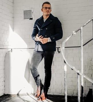 Cómo combinar: chaquetón azul marino, jersey con cuello circular gris, vaqueros pitillo negros, botas brogue de cuero marrónes