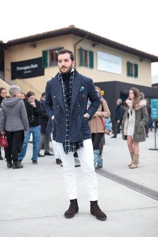 Luce lo mejor que puedas en un chaquetón azul marino y una bufanda a cuadros. Botas casual de ante marrón oscuro añadirán interés a un estilo clásico.