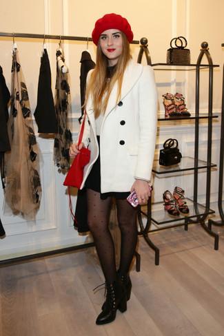 Cómo combinar: chaquetón blanco, jersey de cuello alto en negro y blanco, minifalda negra, botines con cordones de cuero negros