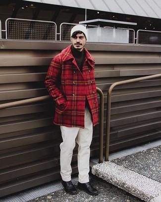 Cómo combinar: chaquetón de tartán rojo, jersey de cuello alto en marrón oscuro, pantalón chino blanco, zapatos derby de cuero negros