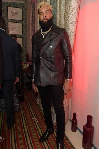 Cómo combinar: chaquetón de cuero negro, jersey de cuello alto negro, pantalón chino negro, botines chelsea de cuero negros