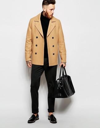 Cómo combinar: chaquetón marrón claro, jersey de cuello alto negro, pantalón de vestir de lana en gris oscuro, mocasín de cuero negro