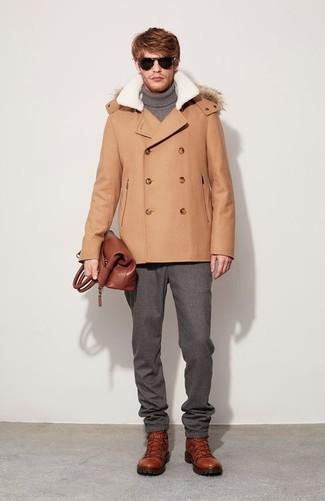 Cómo combinar: chaquetón marrón claro, jersey de cuello alto gris, pantalón de vestir de lana gris, botas de trabajo de cuero en tabaco