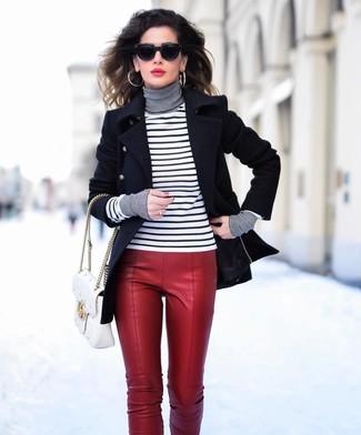 Cómo combinar: chaquetón negro, jersey de cuello alto de rayas horizontales en blanco y negro, pantalones pitillo de cuero rojos, bolso de hombre de cuero acolchado blanco