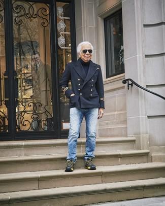 Cómo combinar: chaquetón negro, jersey de cuello alto azul marino, vaqueros azules, deportivas negras