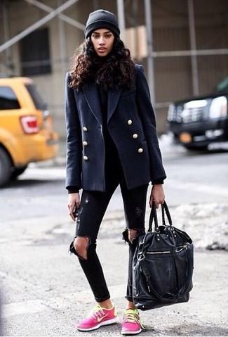 Cómo combinar: chaquetón azul marino, jersey de cuello alto negro, vaqueros pitillo desgastados negros, tenis rosa