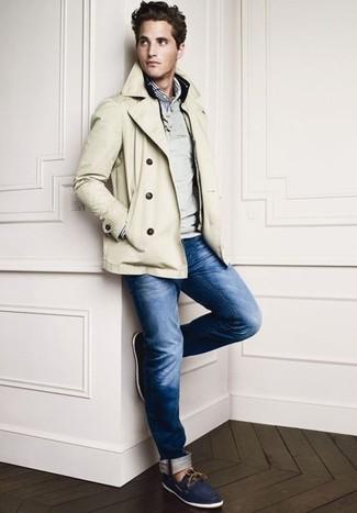 Cómo combinar: chaquetón en beige, jersey de pico gris, camisa de manga larga de rayas verticales en blanco y azul marino, vaqueros azul marino