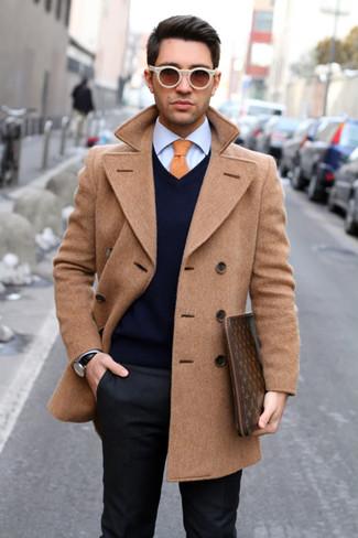 Cómo combinar: chaquetón marrón claro, jersey de pico azul marino, camisa de vestir azul, pantalón de vestir en gris oscuro