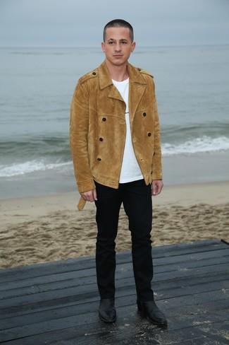 Cómo combinar: chaquetón de ante marrón claro, camiseta con cuello circular blanca, pantalón chino negro, botines chelsea de cuero negros