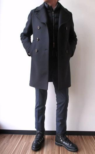 Cómo combinar: chaquetón negro, chaleco de abrigo acolchado negro, pantalón de vestir negro, zapatillas altas de cuero negras