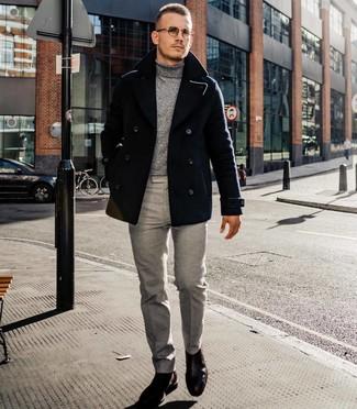 Cómo combinar: chaquetón negro, jersey de cuello alto gris, pantalón de vestir gris, botines chelsea de cuero en marrón oscuro