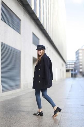 Cómo combinar: chaquetón negro, vaqueros pitillo desgastados azules, zapatos con doble hebilla de cuero negros, gorra inglesa negra
