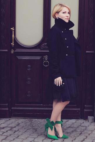 Cómo combinar: chaquetón negro, vestido de fiesta de gasa negro, zapatos de tacón de ante verdes, cartera sobre de cuero negra