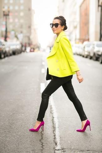 Cómo combinar: chaquetón amarillo, pantalones pitillo de cuero negros, zapatos de tacón de ante rosa, cartera sobre de ante negra