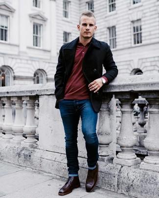 Cómo combinar: chaquetón negro, polo de manga larga burdeos, vaqueros pitillo azul marino, botas brogue de cuero burdeos