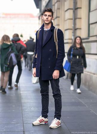 Cómo combinar: chaquetón azul marino, sudadera en gris oscuro, camiseta henley blanca, pantalón chino negro