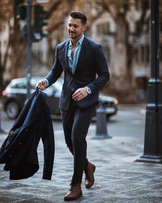 Cómo combinar: chaquetón azul marino, traje en gris oscuro, camisa vaquera celeste, botas brogue de cuero marrónes