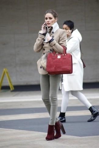 Cómo combinar: chaquetón en beige, vaqueros pitillo grises, botines de ante burdeos, bolsa tote de ante roja