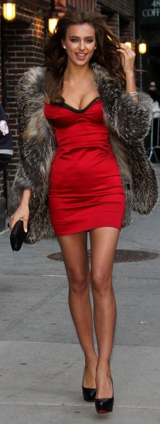 A fur coat and a red silk bodycon dress couldn't possibly come across as other than strikingly elegant. Black leather pumps are a great choice to complete the look.
