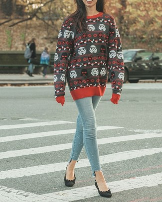 How to wear: charcoal print crew-neck sweater, light blue skinny jeans, black suede pumps