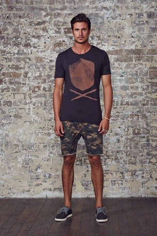 How to wear: charcoal print crew-neck t-shirt, olive camouflage shorts, charcoal plimsolls