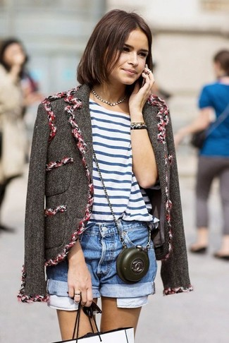 How to Wear a Charcoal Tweed Jacket For Women: If it's ease and functionality that you love in an outfit, try pairing a charcoal tweed jacket with blue denim shorts.