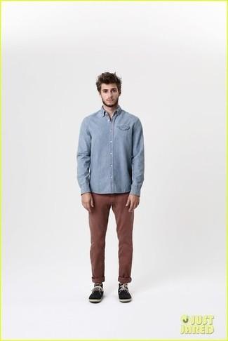 Chemise a manches longues bleu clair pantalon chino marron fonce bottines chukka en daim noires large 1824