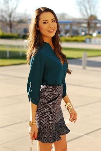 Choisis une chemise en soie bleue canard et un bracelet doré pour une impression décontractée.
