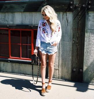 Ce combo d'une chemise de ville brodée blanche et d'un short en denim déchiré bleu clair attirera l'attention pour toutes les bonnes raisons. Cette tenue se complète parfaitement avec une paire de des sandales compensées en daim brunes claires Sam Edelman.
