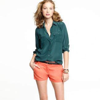 Associer une chemise de ville en soie vert foncé avec un short orange femmes est une option confortable pour faire des courses en ville.