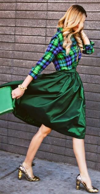 Choisis une chemise de ville écossaise bleue marine et verte et un bracelet doré pour un ensemble de bureau stylé. Une paire de des escarpins pailletés dorés s'intégrera de manière fluide à une grande variété de tenues.