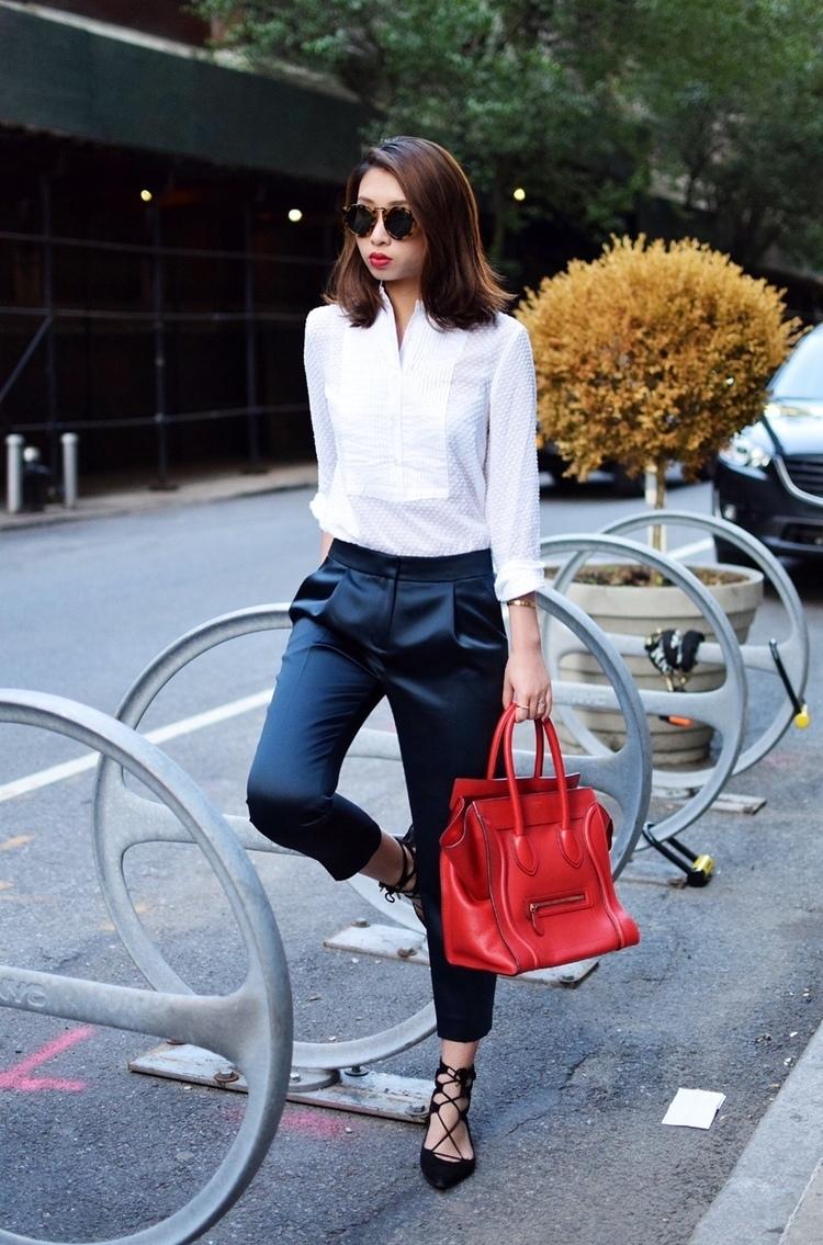 Carotte Bleue en ce qui concerne tenue: chemise de ville blanche, pantalon carotte en soie bleu