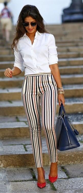 ... Associer une chemise de ville blanche avec un pantalon slim à rayures  verticales blanc est une f7024c52e977
