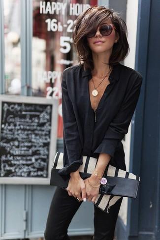 """L'association d'une chemise de ville noire et d'un pantalon slim noir te démarquera de la masse sans trop être """"too much""""."""