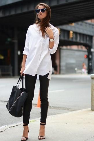 ... Choisis une chemise de ville blanche et un pantalon slim noir pour un  look élégant et ae816b58fa75